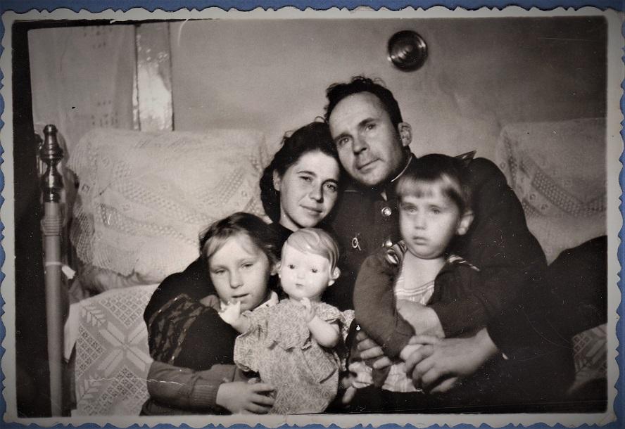 Мама, папа, сестра Оля и я.