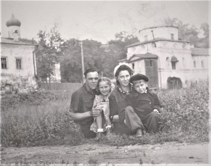 В Печерском монастыре с дядей Славой Глотовым, двоюродным братом мамы.