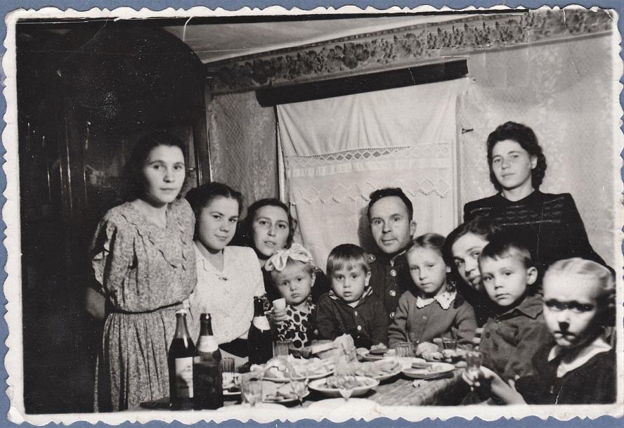 Что-то празднуем. Слева мамины сёстры Римма и Алевтина.