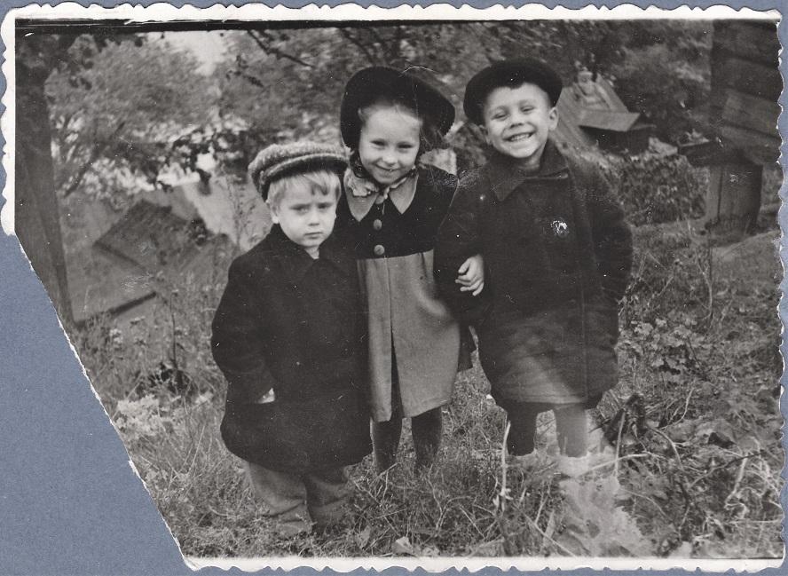 Я с сестрой и троюродный брат Володя.
