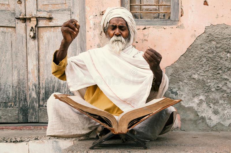 oude-indische-scriptures-van-de-sadhulezing-56802356.jpg