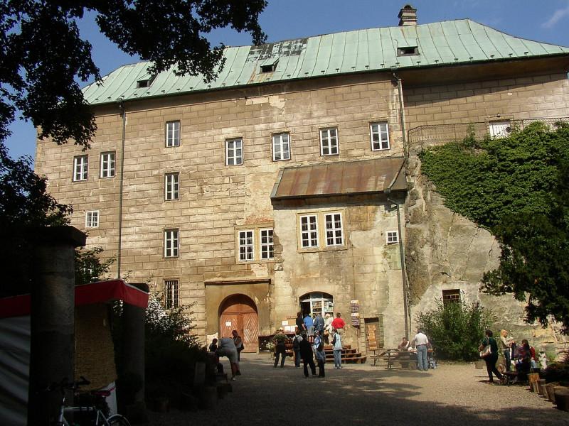 1280px-Burg_Houska.jpg