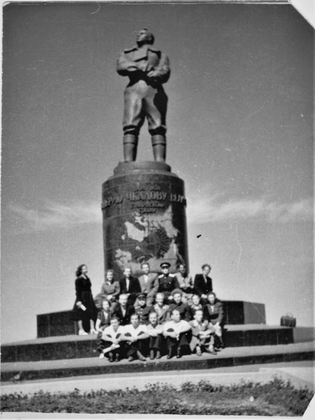 Выпускники у памятника В.П. Чкалова