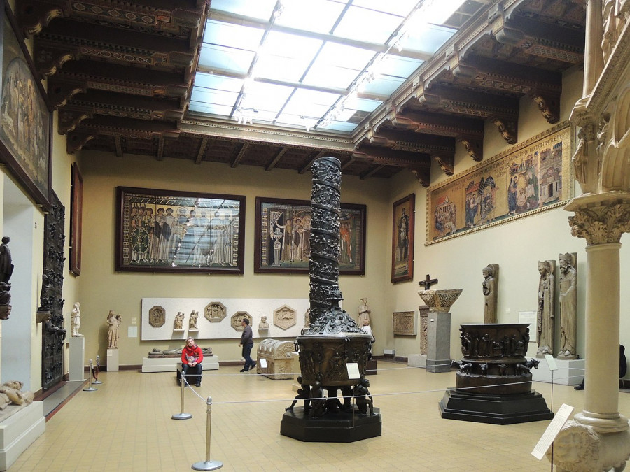 1280px-Medieval_hall_in_the_Pushkin_museum_2010s_by_shakko_02.jpg