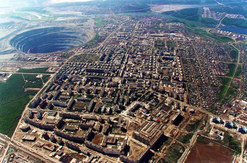 15693-zabroshennaya-almaznaya-shaxta-mirnaya.jpg