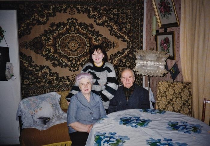 Мама, папа с внучкой Светой.