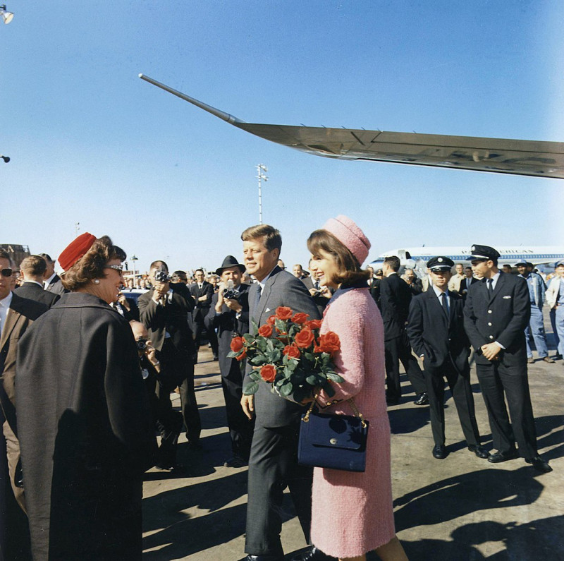 1024px-Kennedys_arrive_at_Dallas_11-22-63.jpg