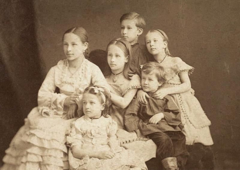 NEIZVESTNYI-FOTOGRAF.-PORTRET-VNUKOV-A.-S.-PUSKINA--NATALI-MARII-ALEKSANDRA-OLGI-ANNY-I-GRIGORIY.-1874.jpg